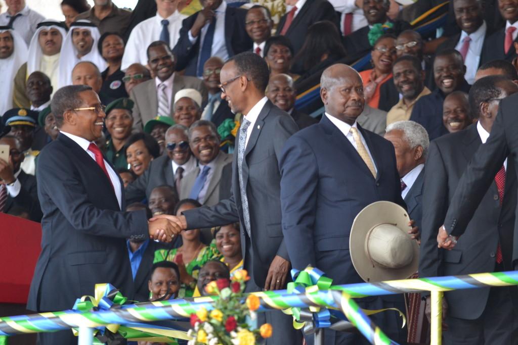 1.Rais Mstaafu wa awamu ya nne, Dk.Jakaya Kikwwete akisalimiana na Rais wa Uganda , Yoweri Mseven baada ya kumaliza mda wake.