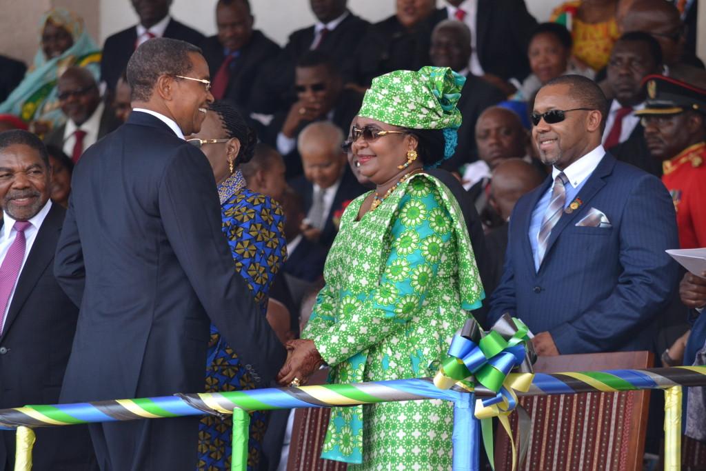 2.Mama Salma Kikwete (katikati) akisalimiana na mmewe,Dk.Jakaya Mrisho Kikwete baada ya kuachia kijiti cha uraisi