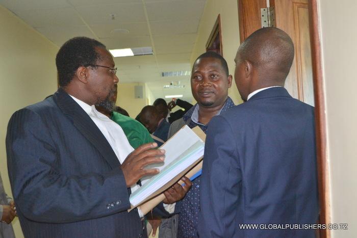 3.Mbunge wa Jimbo la Kinondoni Maulid Mtulia (katikati) akiwa na wakili wake kabla kesi kusikilizwa.