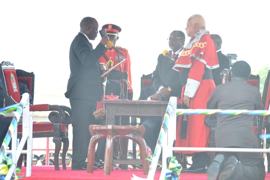 5.Raisi wa awamu ya tano wa Jamhuri ya muungano wa Tanzania,Dk. John Pombe Magufuli alivyoapishwa.