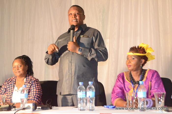 1.Mgeni rasmi wa Shughuli hiyo,Waziri wa Habari,Utamadunina Wasanii,Nape Nnauye (katikati) akizungumza jambo katika hafala hiyo.