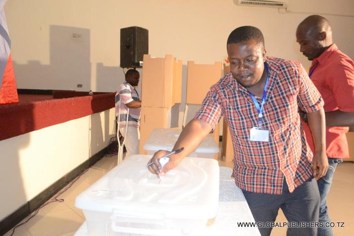 11.William Mtitu akiweka karatasi yake kwenye sanduka maalum baada ya kupiga kura.