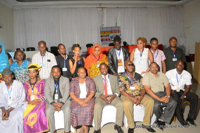 13.Waliopo mbele ni baadhi ya viongozi walichaguliwa wakiwa katika picha.