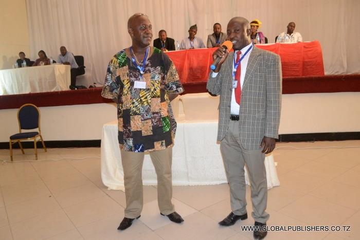2.Rais aliyekuwa akimaliza mda wake,Simon Mwakifwamba (kulia) na Makamu wake, Deosonga Njelekela wakiwa mbela kujinadi kuomba kura kwa wapiga kura wao.
