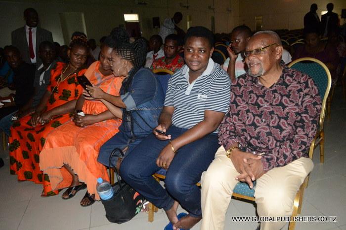 6.Msani Mkongwe wa Filamu,Mzee Chilo (kulia) akifuatilia kwa makini uchaguzi uliokuwa ukiendelea.