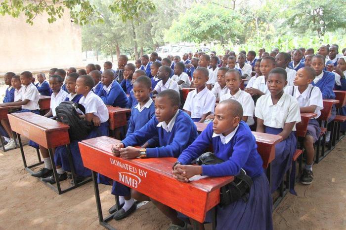 WANAFUNZI SHULE YA KIOMBOI BOMANI WAKIWA WAMEKALIA MADAWATI