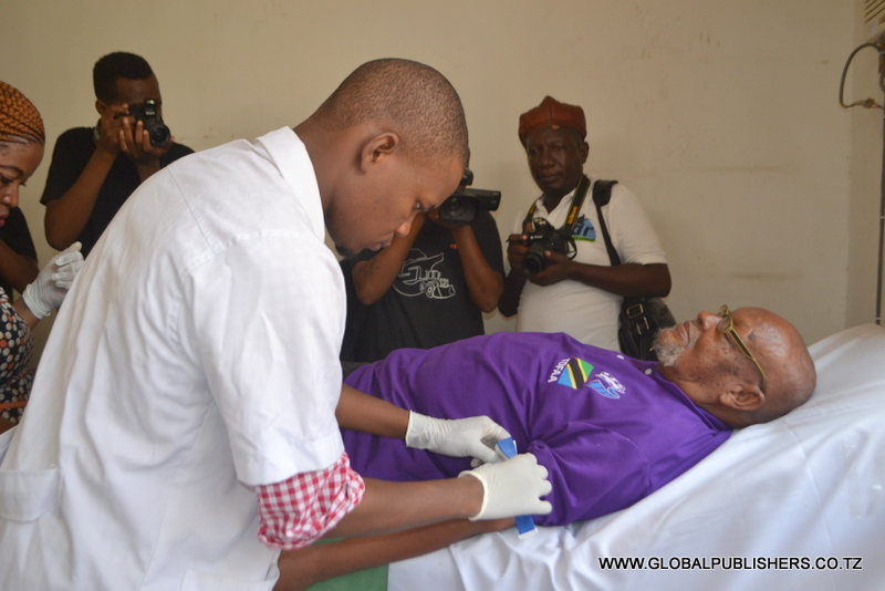 1.Mkongwe wa maigizo, Ahmed Olotu 'Mzee Chilo'akishiriki zoezi la kuchangia damu.Anayemuhudumia ni muuguzi wa Hospitali ya Parestina.