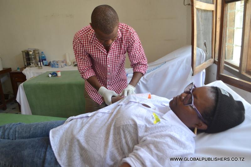 4.Msanii,Elizabeth Kilili akiandaliwa kutoa damu na muuguzi wa Hospitali ya Sinza.