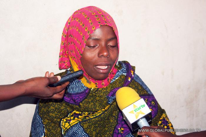 Amina Salumu mke wa Feruz Ismail akihojiwa na wanahabari