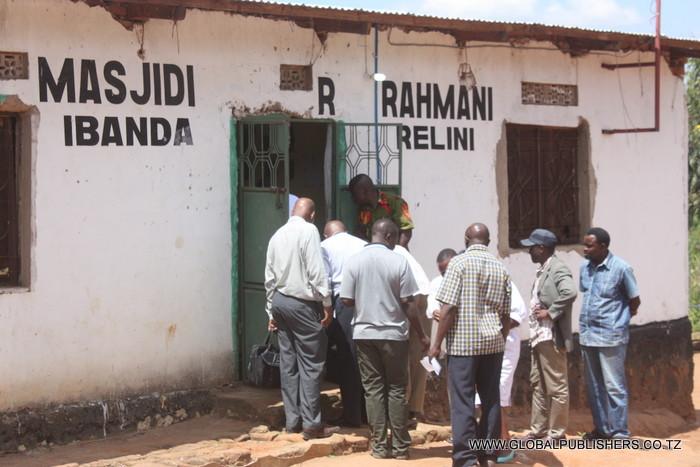 Askari Polisi wakiingia ndani ya msikiti kufanya uchunguzi