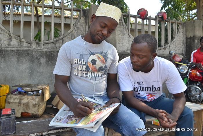 2.Joshua Benjamini (kushoto) akijaza kuponi yake kushiriki bahati nasibu ya Shinda Nyumba.