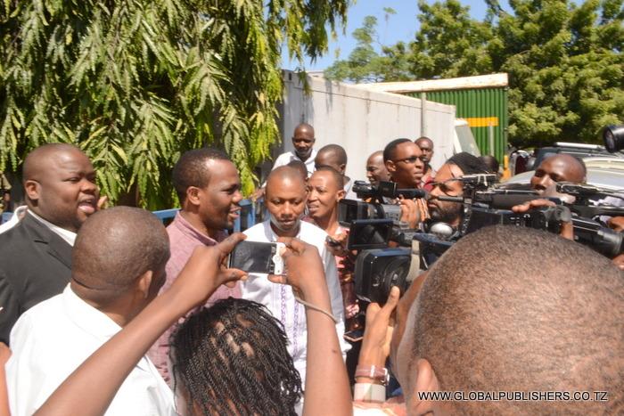 4.Zitto Kabwe akihojiwa na wanahabari.