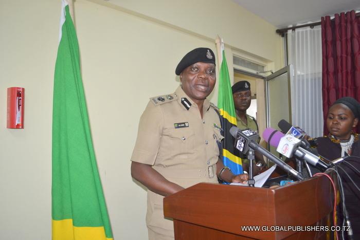 1.Kamishna wa Polisi Kanda Maalum ya Dar es Salaam, Simon Sirro akizungumza na wanahabari kuhusiana na matukio mbalimbali waliyokamata.