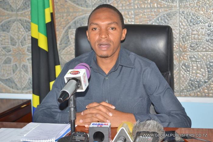 1.Mkuu wa Wilaya ya Kinondoni Ali Hapi akizungumza na wanahabari (hawapo pichani).