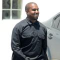 Kanye West Agawa Yeezy Boots kwa Mapaparazi