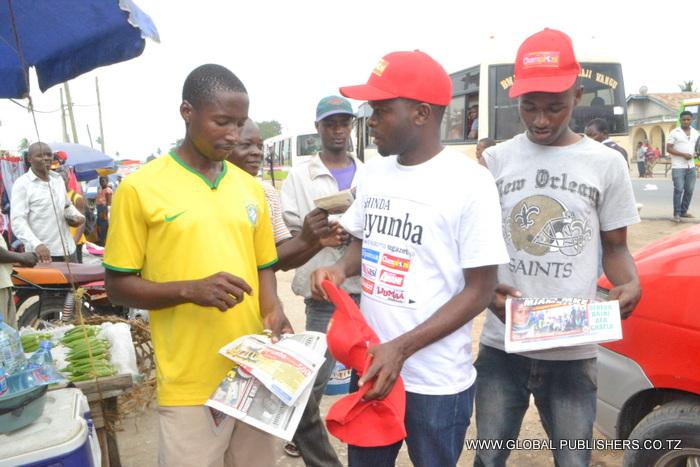 2.Kofia zikitolewa kwa wasomaji walionunua gazeti na kukata kuponi ili kushiriki droo ya pili.