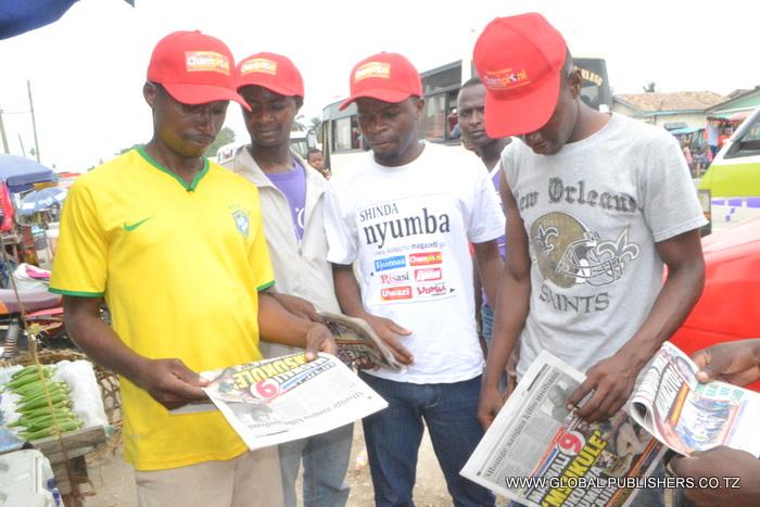 4.Wakisoma gazeti la Uwazi lenye kipengere cha kukata kuponi kushiriki Bahati nasibu ya Shinda Nyumba.