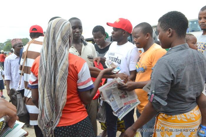 9.Wakimzunguka Ofisa Masoko wa Global,Yohana Mkanda (mwenye fulana nyeupe) kutaka kujaza kuponi ili kuweza kushiriki droo ya pili.