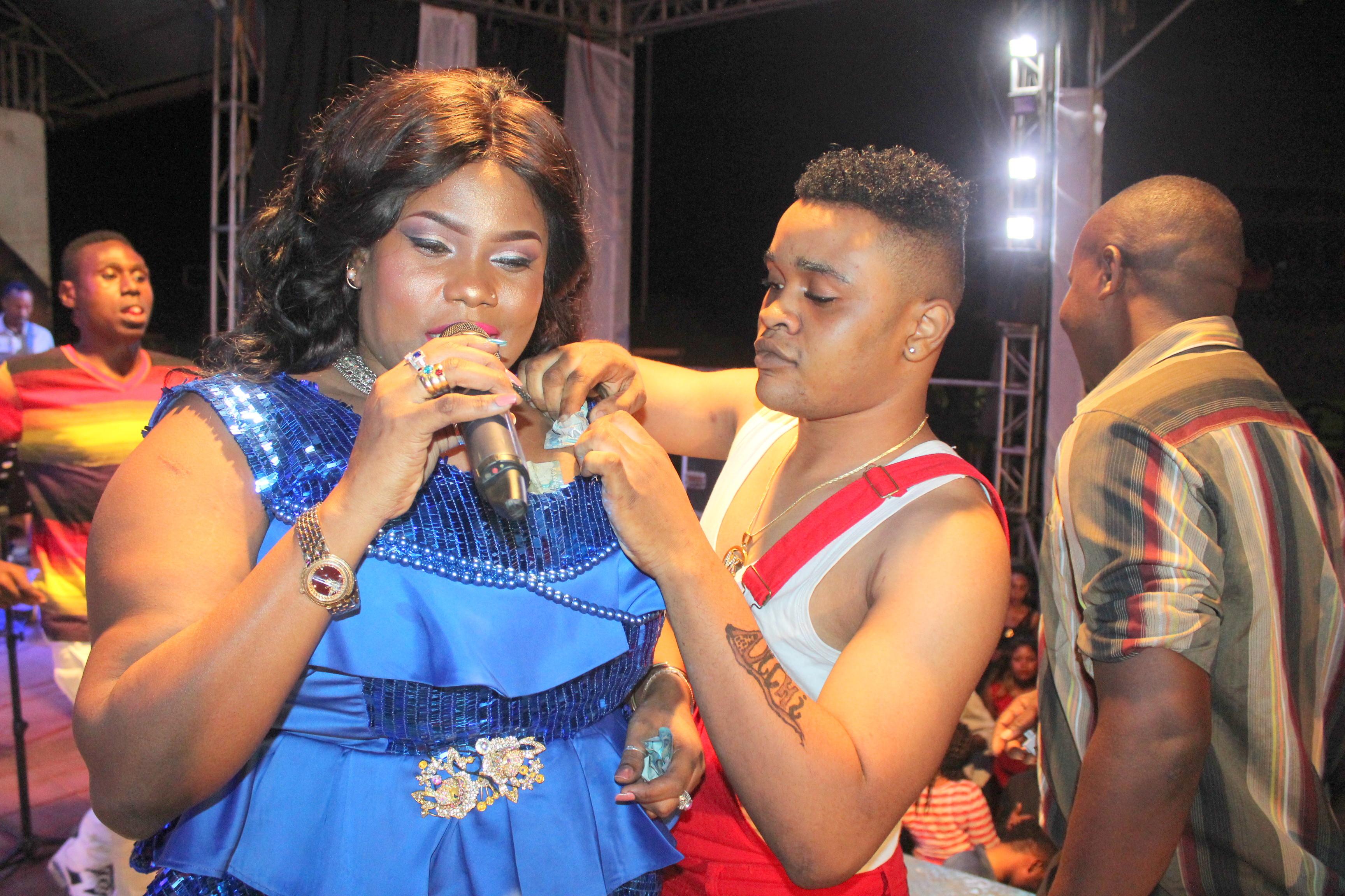 theNkoromo Blog: MPAMBANO WA ISHA MASHAUZI, MALKIA LEYLA ULIKUWA 'BALAA'!